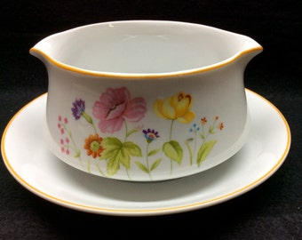 Mikasa SUMMER MELODY L9008 Gravy Boat Attached Underplate Dinnerware White with floral exterior both sides Brown Trim Double Spout Mint Cond