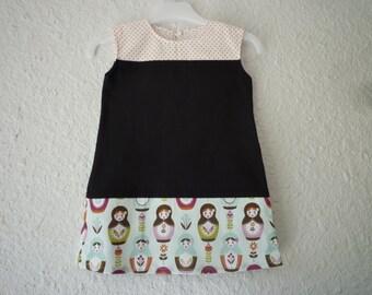Robe enfant, forme droite, jersey bio noir et coton bleu clair motifs poupées russes, taille 2 ans