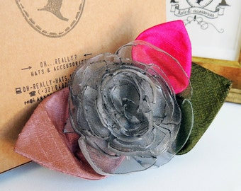 Comb with a grey fabric flower – silk and organza
