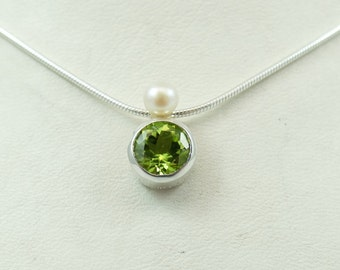 Pendant 'Stone + Pearl' With Peridot