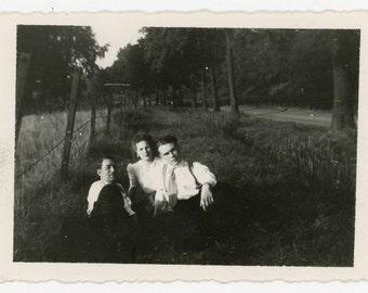 3 friends, 1 missing - original 40s vintage black and white photo- vernacular snapshot- couple friendship- paper ephemera