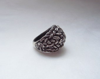 Braid with bow at right side of the ring