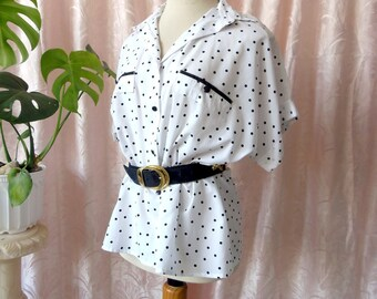 80s vintage  polka blouse dots. black and white shirt with two pockets. Oversize // Blusa de lunares en blanco y negro de los años 80.