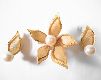 Vintage Goldtone Flower Leaf Faux Pearl Clip Earrings and Brooch Jewelry Set  U2280 Retro Demi Parure