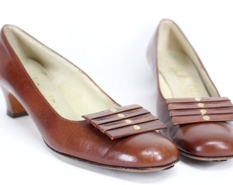vintage 1950s milk chocolate brown pumps with brass details . Rhythm Step .  1960s mod chunky heels size 8 narrow . Sexy teacher style
