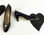 80's Salvatore Ferragamo navy blue cap toed bow pumps shoes 1980's gold patent leather classic heels / sexy secretary / first lady 9.5 N AAA