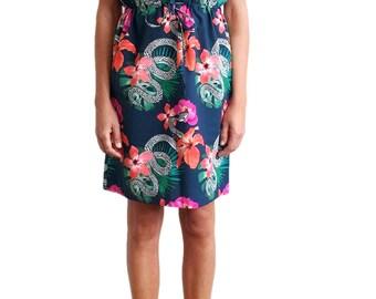 Sleeveless midi dress with hawaiian floral pattern