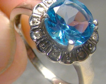 14K White Gold Blue Topaz and Diamonds Ring 1970s-1980s 14 K Round Cut Size 7-3/4