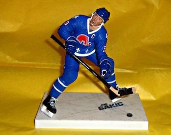 Joe Sakic Quebec Nordiques Ice Hockey NHL Figure Sport Memorabilia Stand & Original Box Defunct Discontinued American Sports McFarlane Toys