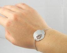 Silver disc bracelet, big disc with tree leaf hammered bracelet, girlfriend gift, carved tree, minimalist bracelet, nature, gift for her