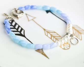 Bracelet in gradient from white to blue - Fine bracelet in white cultured pearls - twisted glass beads