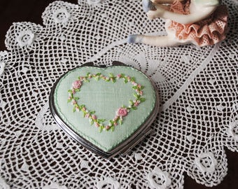 Mirror heart embroidered on linen roses, delicate white.