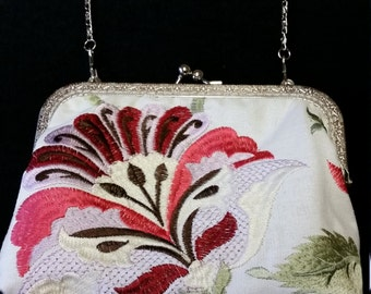 L502.  Small clutch bag with chain
