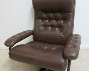 Vintage Mid Century Leather Rosewood Tuft Revolving Arm Lounge Chair Danish