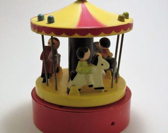 "Music Box 1976 Dan-Dee-Imports Carousel Music Box ""Tie A Yellow Ribbon Round the Ole Oak Tree""  Charming Little Galloping Horses Collectible"