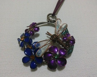 Wire pendant with dragonfly
