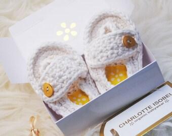 Chaussures de bébé, bébé tongs, crochet, avec boutons décoratifs de forme ovales dorés à la main