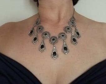 """Vintage"" necklace with Rhinestones in black."