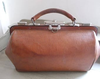 Traditional Vintage Leather Gladstone Bag Doctor's Bag Midwife Bag, sturdy handle, great condition, classic style, steam punk, ready to use.