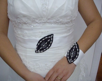 Coordinated with leaf bracelet and belt for the bride