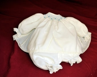 Coprifasce ricamato. Embroidered baby's dress