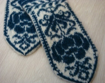 knitted mittens with pattern