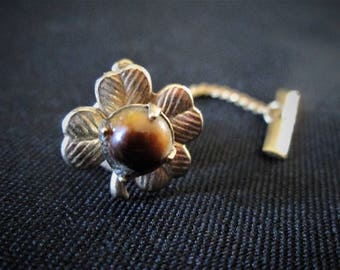 Vintage 1960s Men's Jewelry Tie Tack. Gold Color, 4 Leaves and Stone (unknown type)