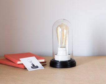 Decorative table lamp vintage with Edison ST64 LED bulb protected by a glass dome. Includes bulb. Model [T01].