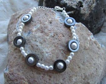 Eye bracelet hematite and pearl