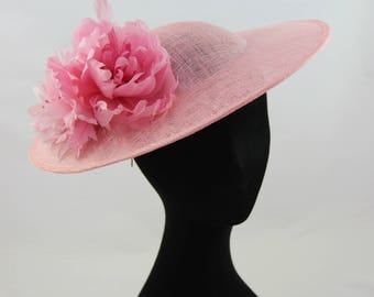 La vie en rose // flattering light pink hat // with pink feather flowers // on a hair band