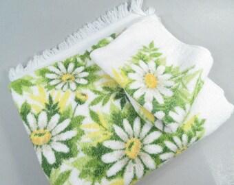 Vintage bath towel and wash cloth, mid century modern, daisies, daisy print, daisy towels, bathroom decor, green and yellow, spring decor