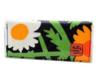 Bi-fold Clutch - Daisies rampant - vintage fabric