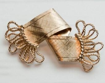 1990s Napier Florentine Gold Folded Ribbon Scarf Open Design Fringe Dramatic Minimalist Mid Century Vintage Pin Brooch