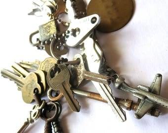 20 vintage keys Mixed keys Collection of keys Old skeleton keys Airplane key chain sewing machine key Vintage lock/ keys Brass number tag #1