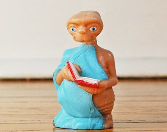 Vintage E.T. the Extraterrestrial Souvenir Movie Figurine ET Toy with Book Film Memorabilia Model.