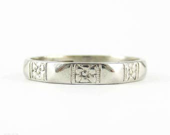 Art Deco Platinum Wedding Ring, Engraved Forget Me Not Pattern Flower Design with Faceted Sides, Circa 1940s. Size M.5 / 6.5.