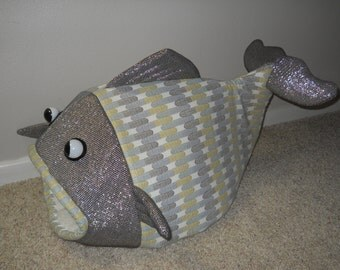 Pet Bed Fish Shaped Gold and Silver Chain Links