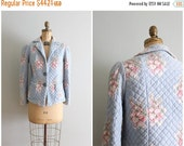20% SALE vintage 40s floral print quilted jacket - cotton bed jacket / B. Altman & Co. - dusty blue 50s floral jacket / pastel quilted blaze