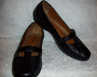 Vintage Ladies Black Leather Slip Ons Loafers by Naturalizer Size 6 1/2 Only 8 USD