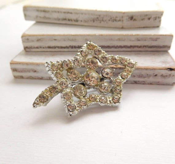 Vintage Shimmering Clear White Rhinestone Leaf Brooch Pin W47