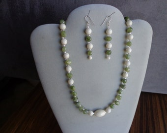 Bead necklace and earrings / Peridots
