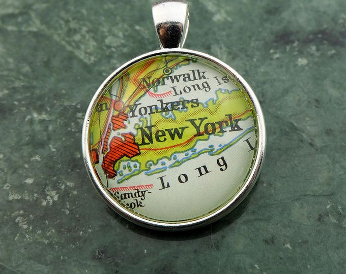 NECKLACE or KEYCHAIN, USA, New York, Pendant, Ø 1 inch, nickle free steel, Cabochon, Glass, Atlas, Vintage, Jewelry