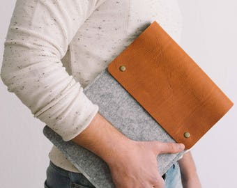 "Case for New 13 Inch MacBook Pro with Touch Bar, Italian vegetable-tanned leather, wool felt,""Courier"", by band&roll"