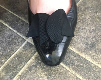Vintage black leather patent court shoes by RAYNE, bow shoes, size 8.5 B (UK size 5.5) medium heel court shoes size 5.5 shoes size 6