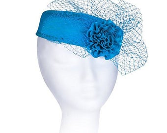 Janeo Royal Middleton Pillbox Fascinator Hat Headwear. Classic, Clean Shape with Net Bows Fan and Fabric Rose Centre - Turquoise Blue