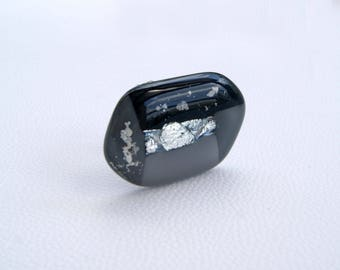 Adjustable glayscale ring with silver dichroic and mika flakes
