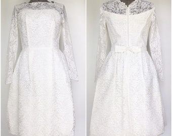 Mid 1960s Tea Length Lace Wedding Dress w/Sweetheart Neckline - Vintage - Medium Large