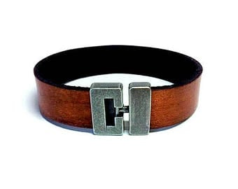 Plain leather bracelet with T clasp
