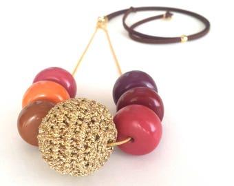 Collar ajustable de cuentas de madera y crochet