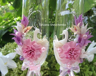 "Personalized wedding glasses ""Swans"" . Wedding glasses in pink and purple .Wedding swans"